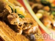 Пилешки бутчета със зеленчуков сос, картофи, моркови, доматено пюре, сметана и бяло вино, печени на фурна